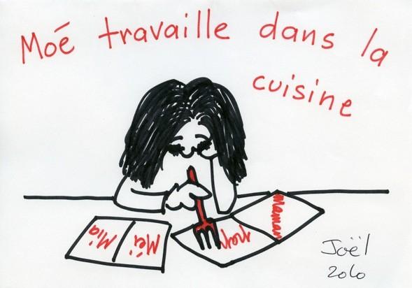 キッチンのテーブルで宿題をするMOE.JOELと一緒にフランス語と日本語の交換授業をすることもあります。