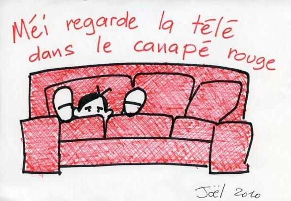 学校から帰ると疲れてしまって赤いソファーでテレビを見ているMEI.横でJOELは本を読んでいます。