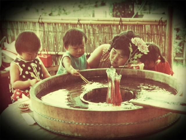 ※昭和の流しそうめん、妙に遠慮がちなポジショニングを取る我が家族、たらい桶そうめんになってます。