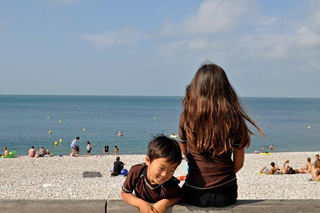 小さな浜を見渡して、今日は何をしようかと相談中。