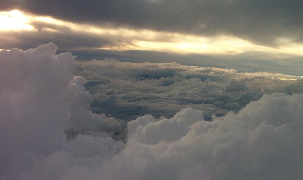 台風の時の激しい雲、かなり揺れてます…。