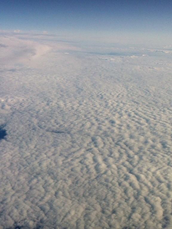 海岸に打ち寄せる泡波のような雲。