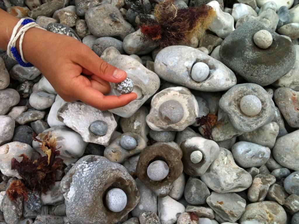 丸い石と、穴の開いた石をセットにして。家の棚に飾りました。