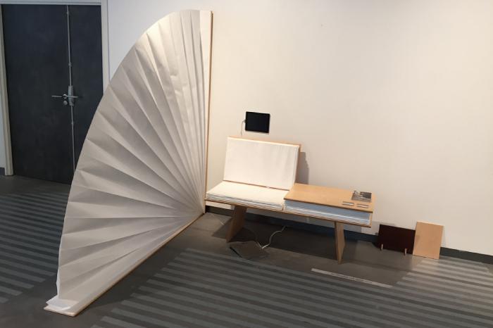本の形をしたベンチとセンスの形をした間仕切り、ルクセンブルクのデザイナーの作品。
