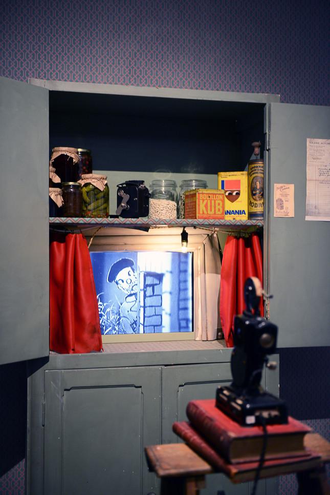 1947-48年に作られたアニメーションと同じ時代の雑貨と飾られている戸棚。