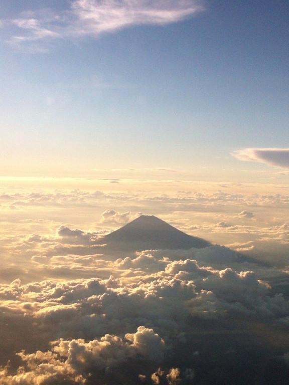 モコモコ雲のなかから富士山が!うっ、美しい。