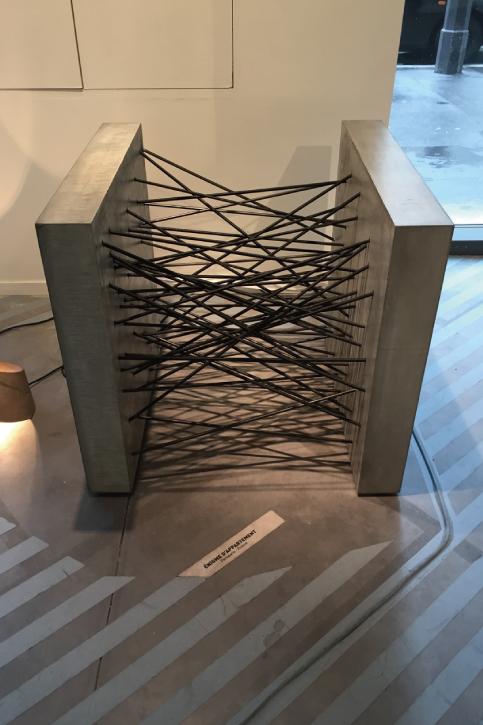 コンクリートとゴム紐でできたソファ、フランスのデザイナーの作品。