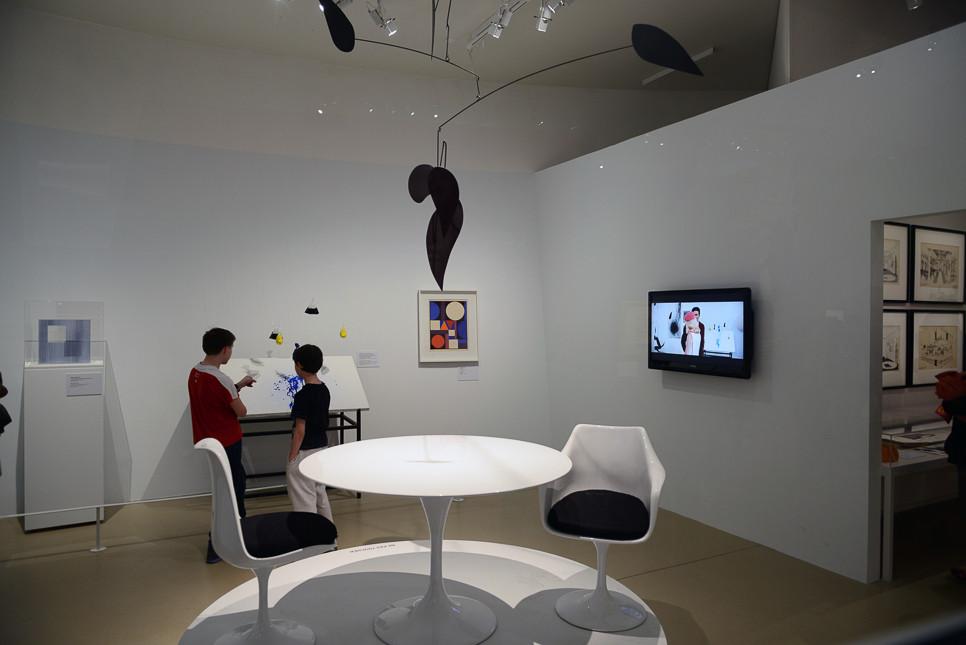 ギャラリーの場面がテレビに映し出されて、誰もが見比べています。