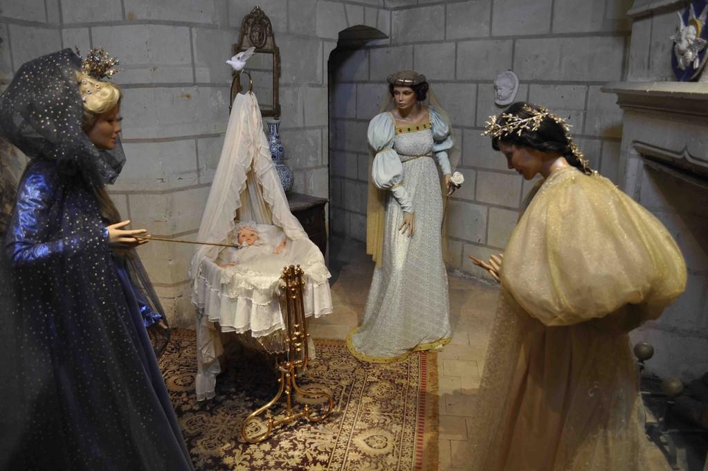オーロラ姫が誕生しました。3人の魔法使いたちもお祝いに駆けつけています