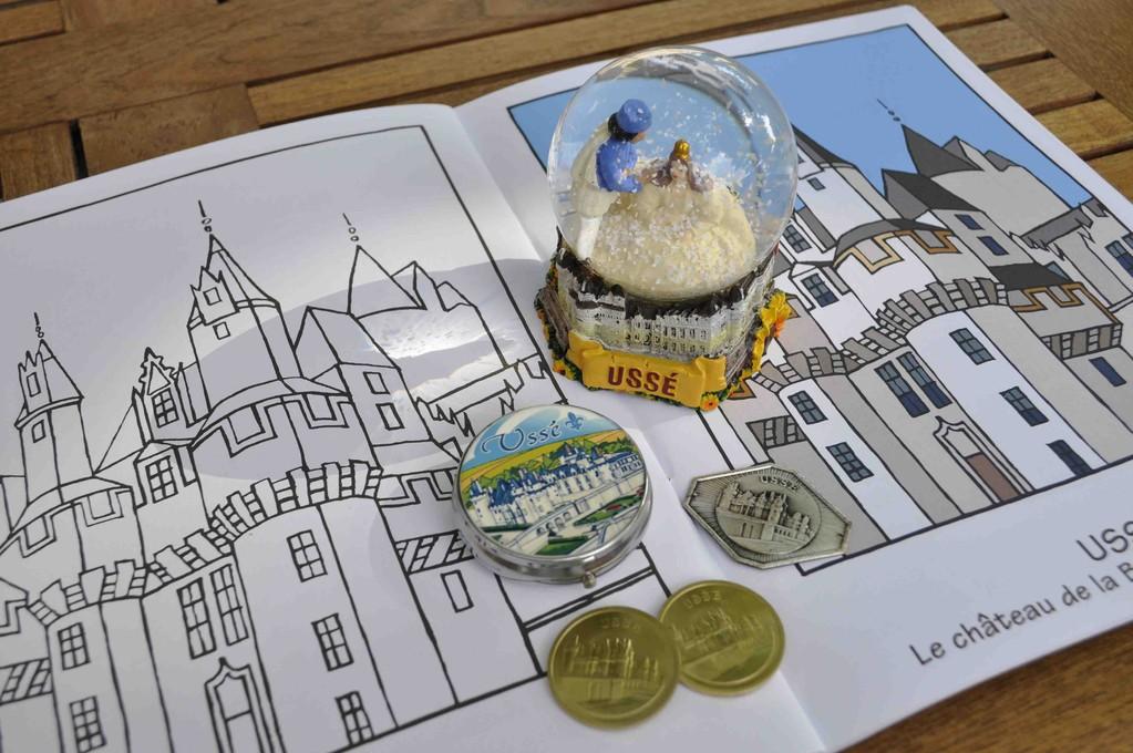 美術館や知らない街に行って、必ず買うその土地に由来した模様のコイン。そしてUSSÉ城のスノーボールと塗り絵。
