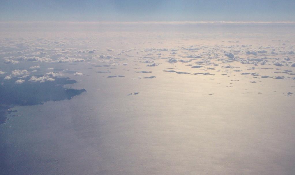 海面に陰が写る、穏やかな雲。