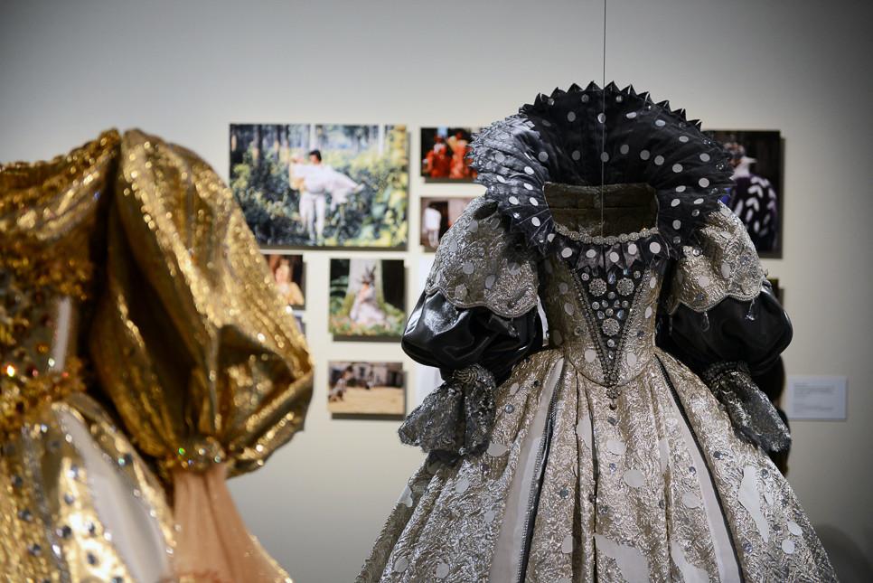 ドレスの袖のふくらみがすごく大きいのが特徴。