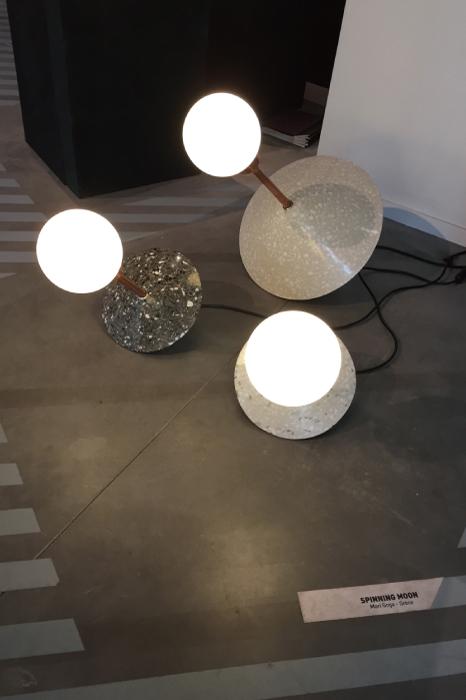 「スピニング・ムーン」という月をイメージした照明、ギリシャのデザイナーの作品。