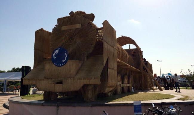宇野港に出現した藁の機関車