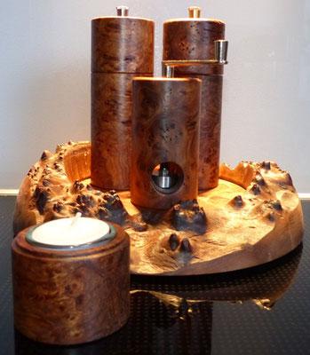 Set aus Pfeffer und Salzmühle ca. 14,5 cm, Muskatmühle ca. 9,5 cm und Teelicht, Teller ca.24 cm, aus Ulme Maser