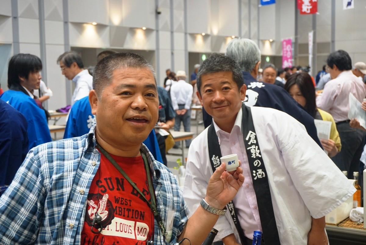 熊屋酒造の庵谷社長(右)と酒友(左)