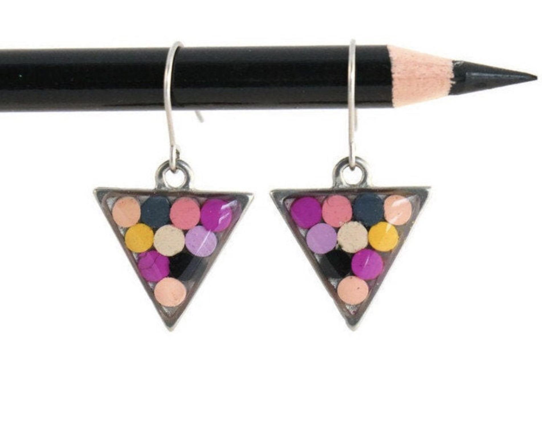 Crayons de couleurs recyclés en boucles d'oreilles triangles