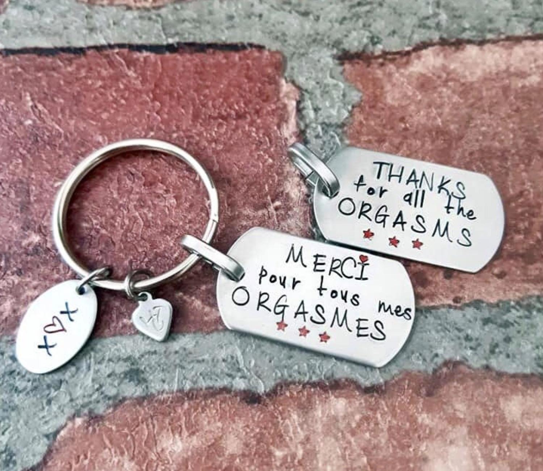 Un petit cadeau coquin pour votre homme, il le laissera sûrement traîner fièrement en évidence sur une table! Je vous laisse le plaisir de lire ce qui est écrit sur ce porte-clés...