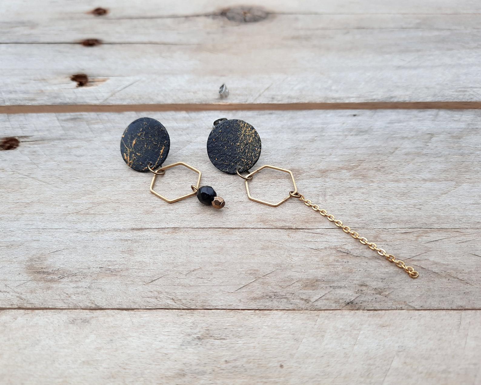 Boucles d'oreilles asymétriques en bois recyclé, peintes or et noir, 30$