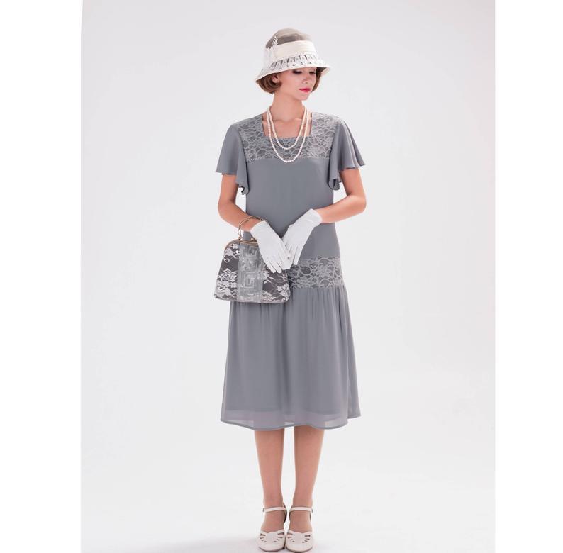 Robe des années 1920 en mousseline grise et dentelle à manches flottantes