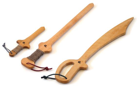Épée, sabre et dague en bois