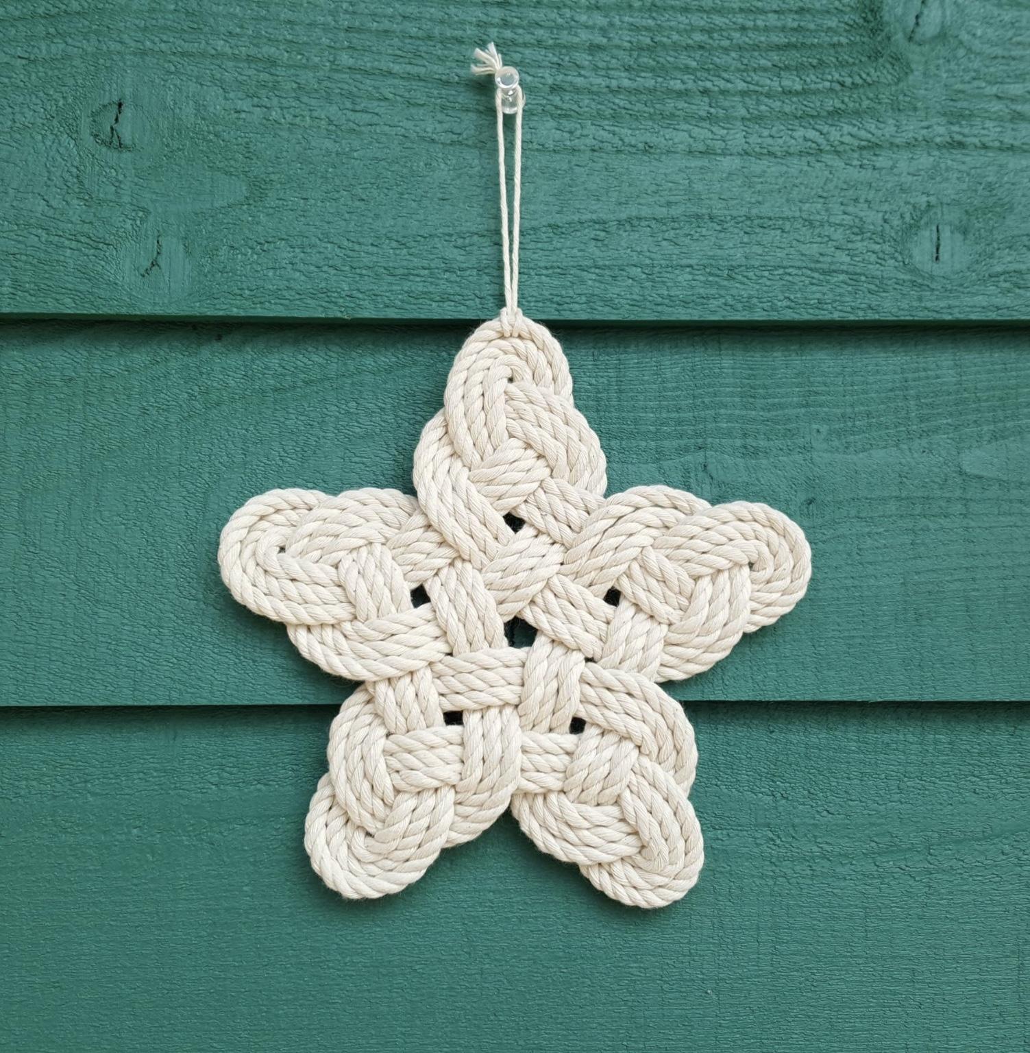 Cette remarquable étoile décorative en nœud de coton clair a attiré mon attention. Accrochée au mur, elle peut aussi servir de diffuseur à huile essentielle en y ajoutant quelques gouttes aromatiques qui embaumeront la maison.