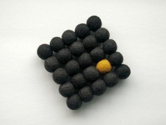 Sous-plat en boules de laine feutrées