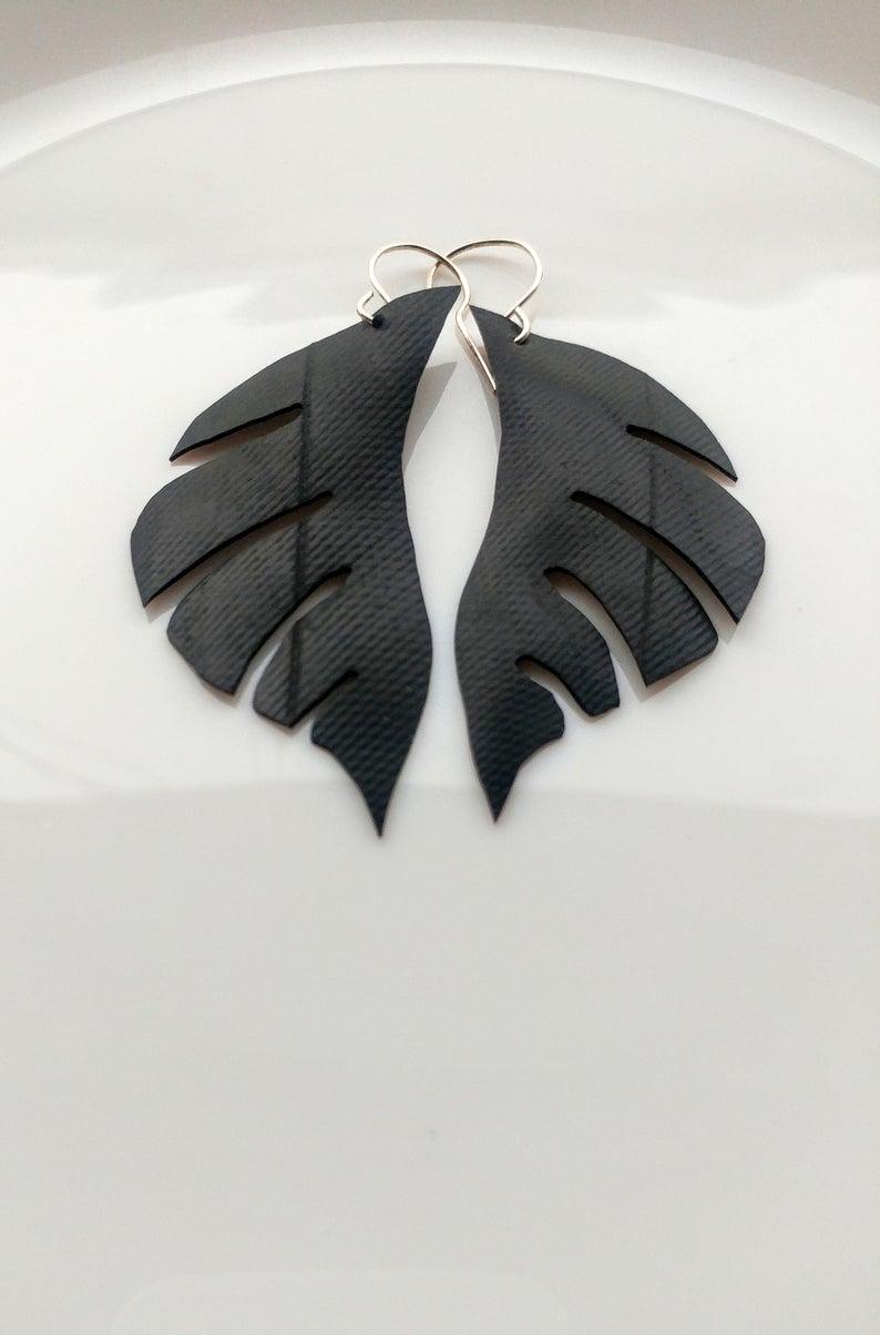 Boucles d'oreilles noires, forme de feuilles matériaux de vélo recyclés