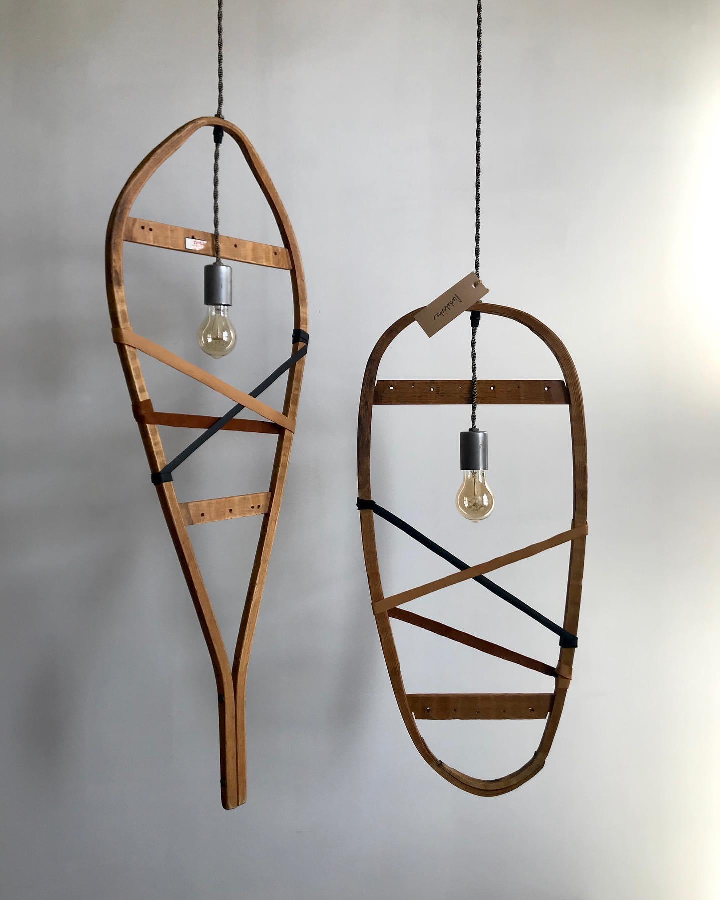Suspensions originales de raquettes lumineuses, parfaites pour une cabane à sucre ou un décor d'inspiration rustique.