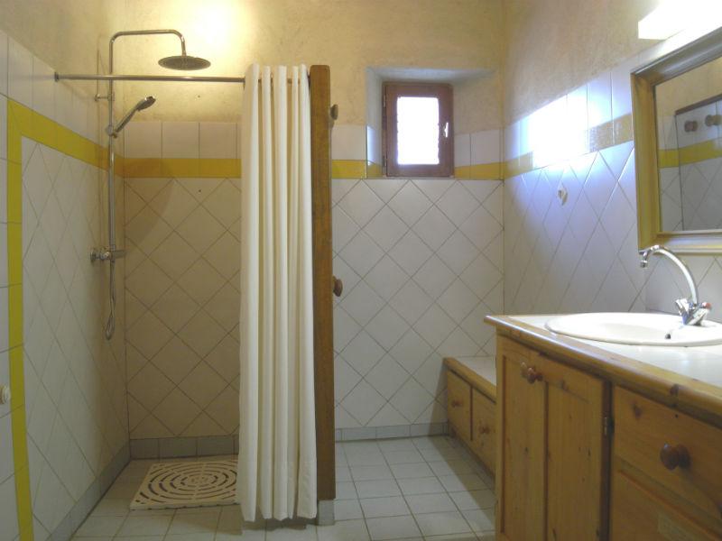 badkamer met inloopdouche en wasmachine