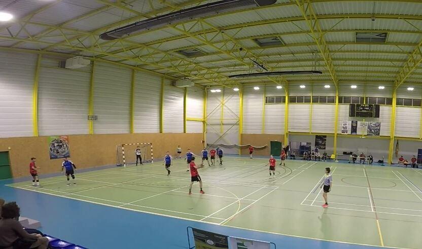 La JA Isle Handball continue à tirer sur le gardien et le mur.