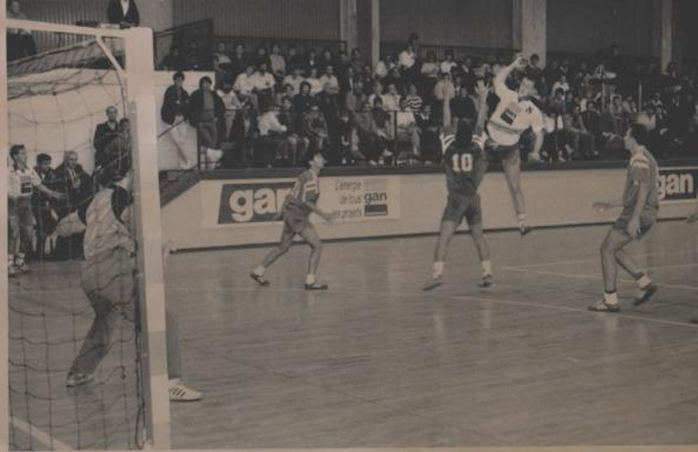 Photo archive JA Isle Handball - tir avec le public au fond