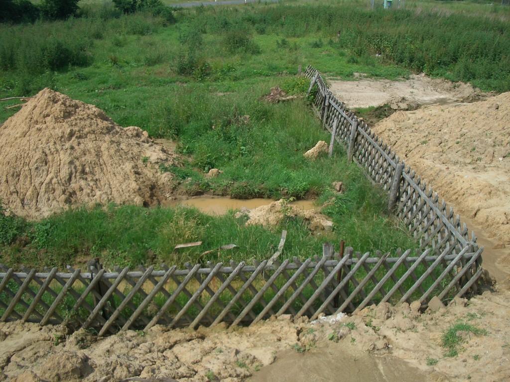 der Zaun, der als letztes an den Friedhof erinnert