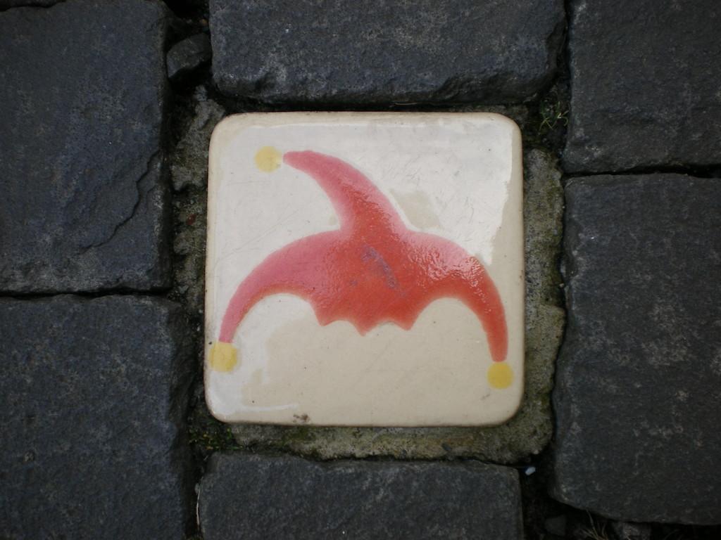 kleine Kacheln mit der Till Eulenspiegel Mütze verzieren die Wege um den Burgplatz herum
