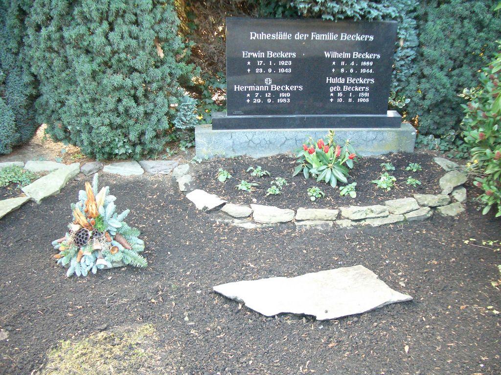 einige Gräber werden immer noch liebevoll von den Angehörigen gepflegt