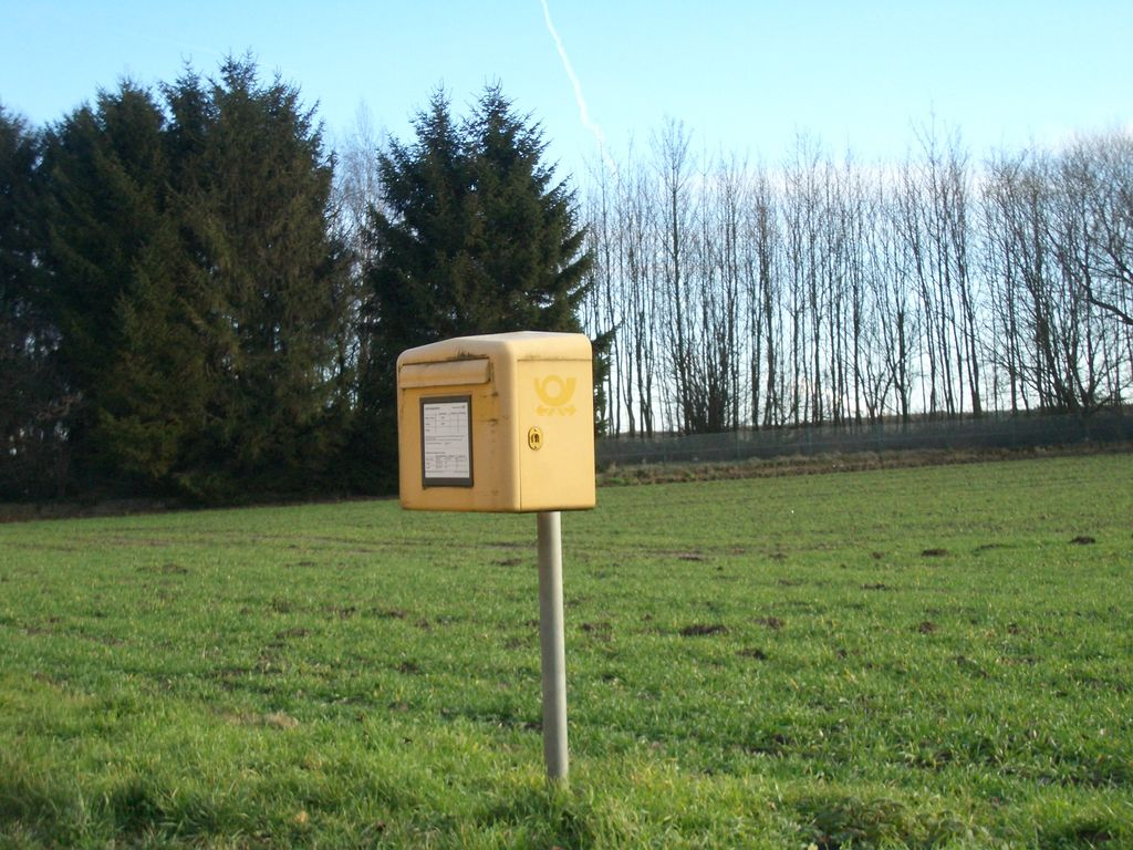 ein einsamer, nicht mehr verwendeter Briefkasten