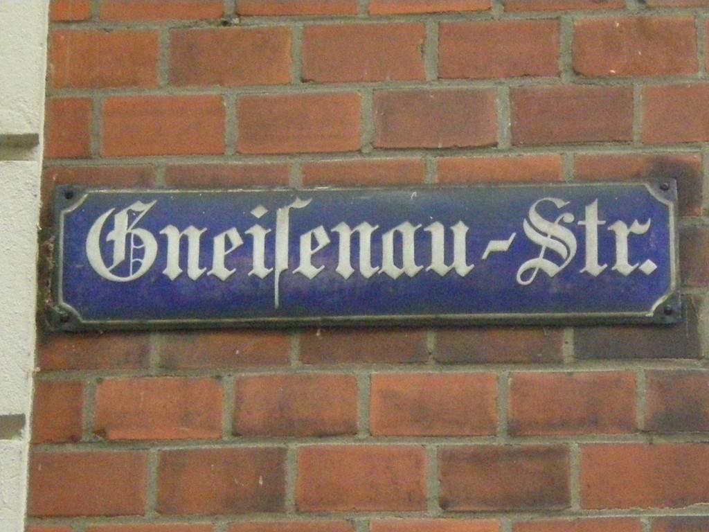 altes Straßenschild