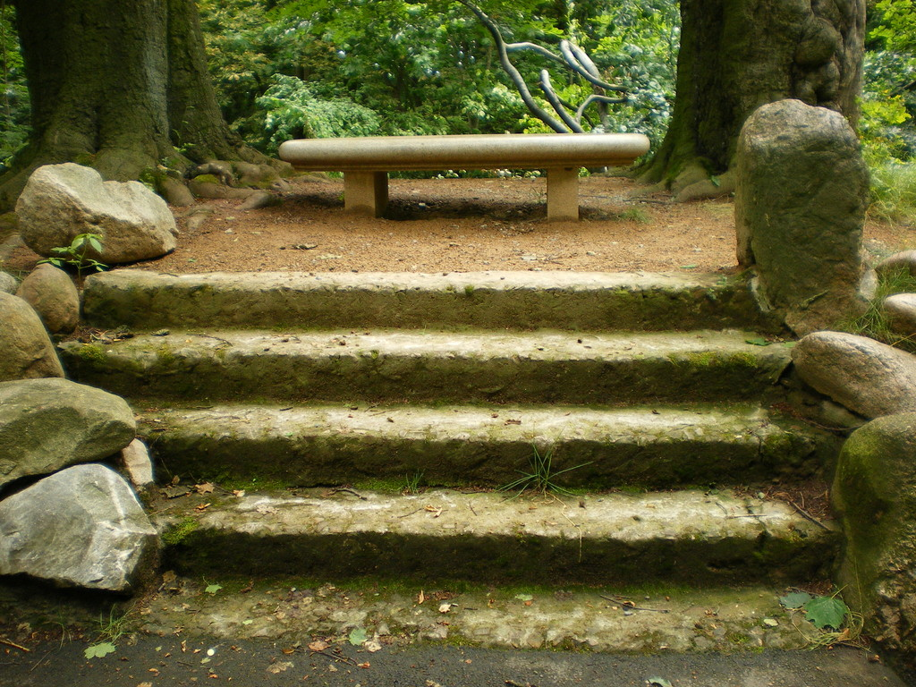 aufwendig gearbeitete Sitzbank aus Granit