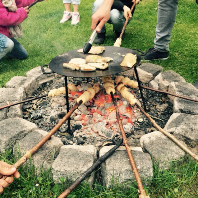 Unsere Gäste beim Stockbrot grillen :)
