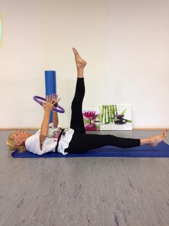 Ingrid Behr zeigt Pilates-Übung mit dem Magic Circle