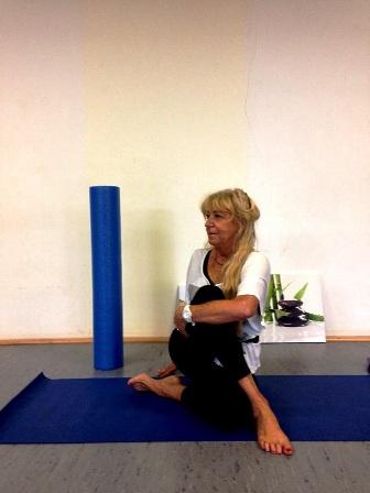 "Ingrid Behr in Yoga-Position ""Drehsitz"""