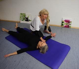 Yoga-Praxis mit Ingrid Behr: Massage-Technik an einer Teilnehmerin demonstriert