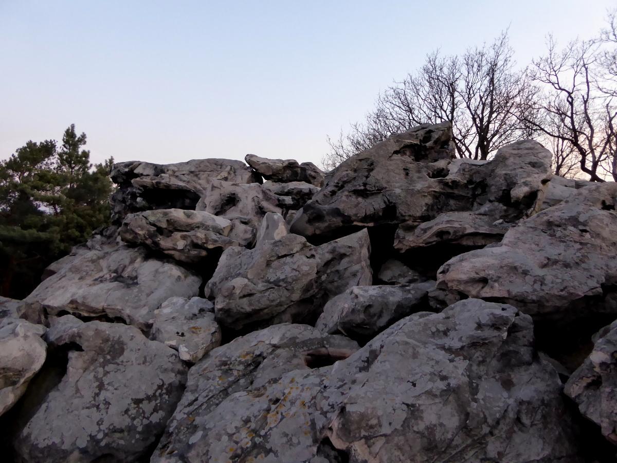 Die Ansicht der Klippe auf dem Berg