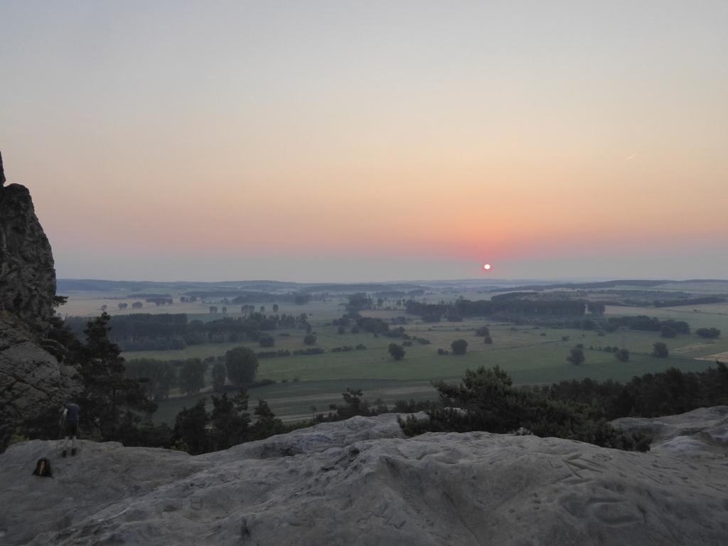 Blick vom Höhlendach zum Sonnenaufgang in Juni