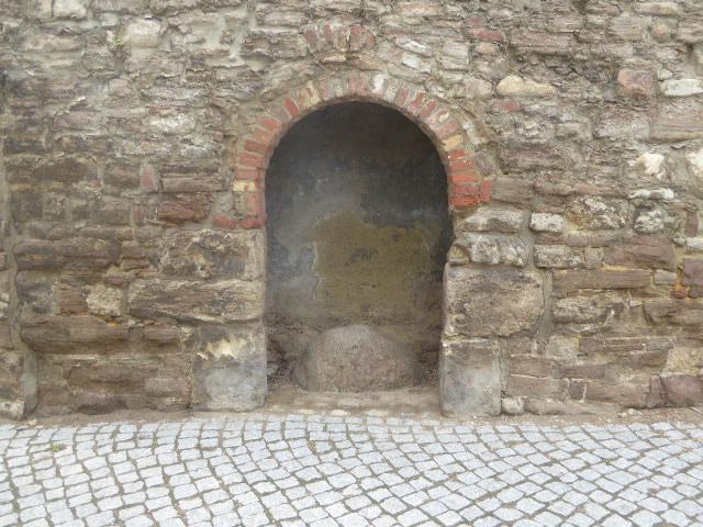 """Der """"Lügenstein"""" in der alten Klosterpforte"""