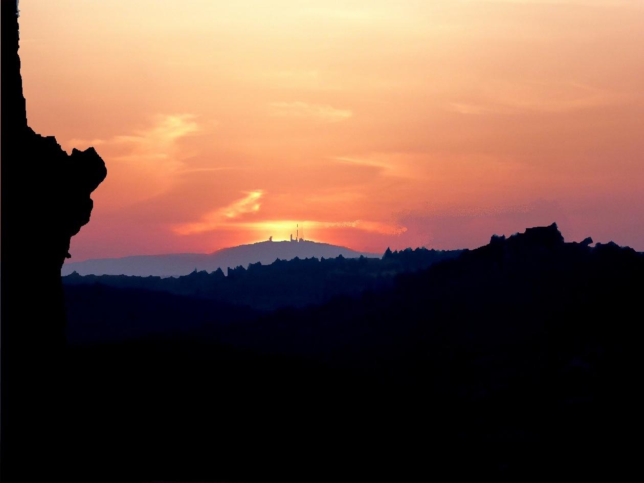 Sonnenuntergang zum Frühjahrsbeginn auf dem Regenstein genau hinter dem Bocken