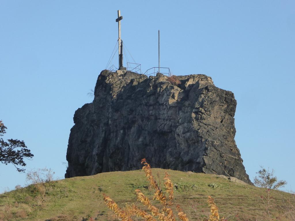 Der große Gegenstein mit dem Denkmal auf dem Gipfel