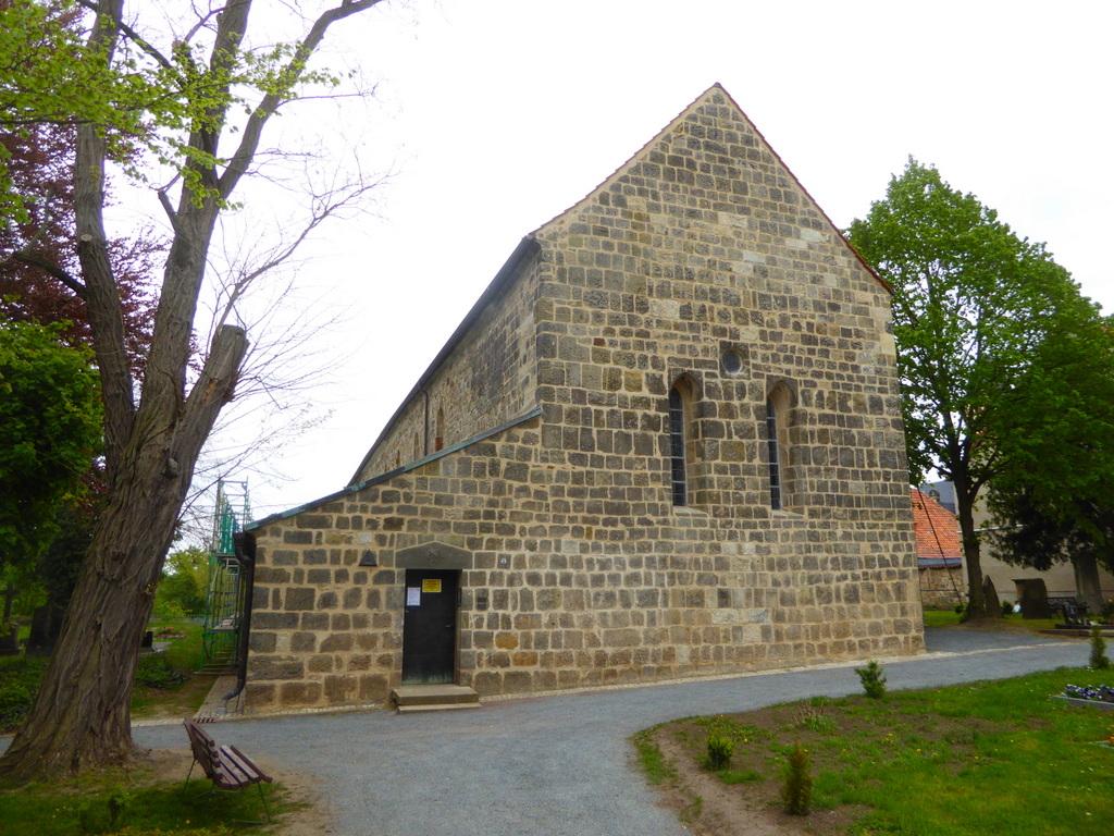 Westansicht der Kirche mit dem Okolum