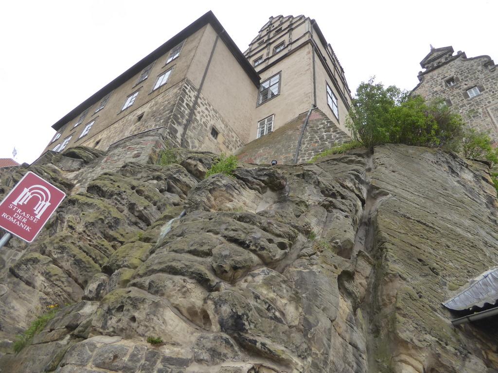 Das Schloß mit der Stiftskirche auf den Felsen gebaut