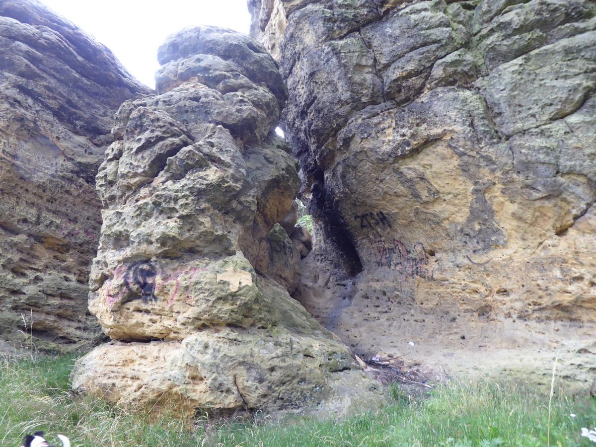 darin sind Höhlen und Löcher